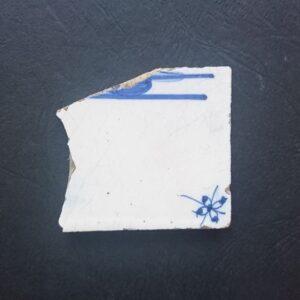 Fragment flizy pejzażowej zwidocznym ornamentem narożnikowym typu pająk