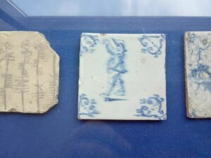 Płytka zniewyraźną, rozpłyniętą malaturą. Zbiory  Nederlands Tegelmuseum.