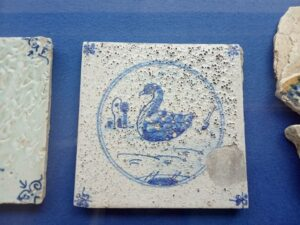 Płytka pokryta zbąblowanym szkliwem. Zbiory  Nederlands Tegelmuseum.