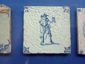 Płytka zeszkliwem, które rozeszło się zpowodu źle oczyszczonego biskwitu. Zbiory Nederlands Tegelmuseum.