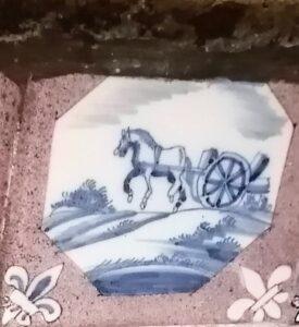 Koń ciągnący wóz, wośmiobocznej pojedynczej ramie, zornamentem narożnikowym wtypie lilii, zwybrakowaną malaturą.
