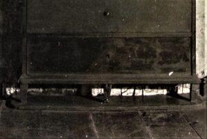 Szafka ścienna wwielkiej izbie, zwidocznym pasem fliz