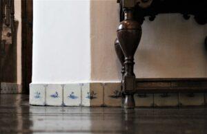 flizy ułożone wpasie przy podłodze, Delft, Holandia