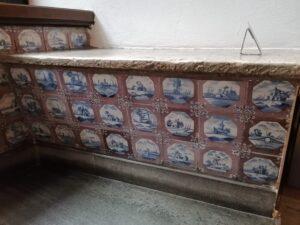 Flizy nakrapiane, pejzażowe, umieszczone wławach podokiennych