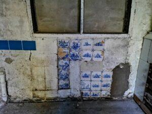 Dolna partia ściany zmiejscami poflizach