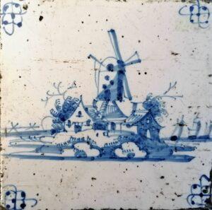 Fliza pejzażowa, wiatrak, ornament narożnikowy typu pająk, Amstardam Ip. XVIII w.