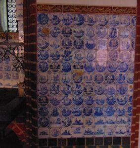 Ściana poprawej stronie lawaterza zprzedstawieniami zNowego Testamentu