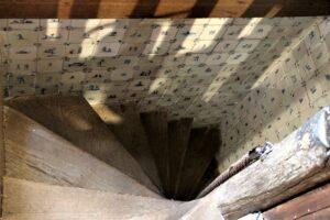 Ściany klatki schodowej wyłożone fizami, Delft, Holandia