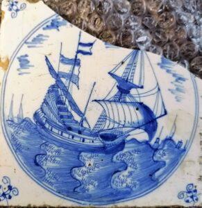 Statek, przedstawienie wpisane wpodówjny medalion, ornament narożnikowy typu pająk, Amstardam koniec XVII w.